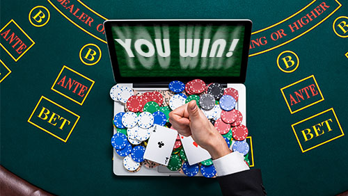 How can online poker rooms communicate better with their