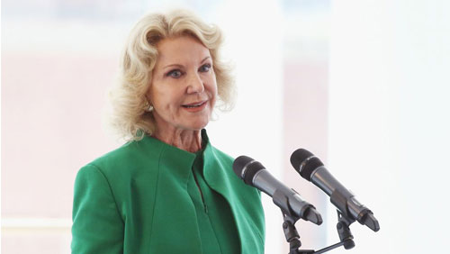 Elaine Wynn campaigns to oust Wynn director