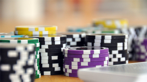 """poker-on-screen-million-dollar-challenge """"width ="""" 500 """"peak ="""" 282 """"srcset ="""" https://calvinayre.com/wp-content/uploads/2020/07/poker-on-screen-million -dollar-challenge.jpg 500w, https://calvinayre.com/wp-content/uploads/2020/07/poker-on-screen-million-dollar-challenge-300x169.jpg 300w, https://calvinayre.com /wp-content/uploads/2020/07/poker-on-screen-million-dollar-challenge-330x185.jpg 330w """"measurement ="""" (max-width: 500px) 100vw, 500px """"/> Konsep Tantangan Sejuta Dolar itu cukup sederhana, tapi itu brilian. Setiap pertunjukan, Daniel Negreanu akan duduk dengan kerabat yang tidak dikenal, mengajari mereka beberapa trik perdagangan dan mempersiapkan orang itu untuk mengambil meja pemain poker, termasuk nama-nama seperti Joe Cada Orang itu kemudian akan membawa mereka dengan Negreanu di sisi mereka, bertindak sebagai semacam poker Yoda, menyampaikan saran, memperhatikan jurus aneh, dengan beberapa konsekuensi yang benar-benar lucu. Menonton pemain seperti John Salley mempertanyakan seberapa banyak permainan Negreanu-nya akan memberi awa y free of charge adalah poker field workplace di TV.</p> <p>Setelah melatih kuarinya untuk 'mengalahkan professional', Negreanu kemudian mendapat kesempatan untuk melihat muridnya mengambil risiko $ 25.000 yang telah mereka menangkan untuk mengubahnya menjadi $ 100.000 … dengan mengalahkan Negreanu sendiri. Jika kontestan dapat melakukan itu, maka mereka mendapatkan kemenangan enam angka itu, tetapi jika tidak maka mereka tidak mendapatkan apa-apa selain perjalanan free of charge ke Bahama. Bagian yang menarik bukan hanya bahwa Negreanu telah mengajari mereka semua yang mereka tahu – selama episode itu – tetapi bahwa jika mereka menang hingga last seri, maka $ 1 juta lagi akan diperebutkan jika mereka dapat mengulangi triknya.</p> <p>Dipersembahkan oleh Chris Rose, episode pembuka menampilkan seorang pemain amatir bernama Pastor Andrew Trapp, seorang imam yang menangani seluruh geng. Kami tidak akan merusaknya, tetapi lihatlah da"""