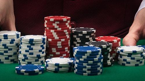 Chip poker dengan latar belakang penjudi