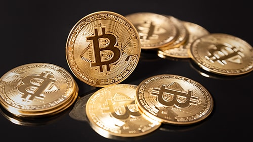 Foto Bitcoin di atas permukaan hitam