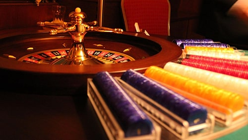 Foto chip roulette dan poker. Konsep perjudian
