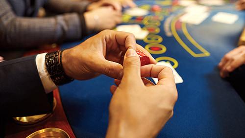 Seorang pria memegang chip poker