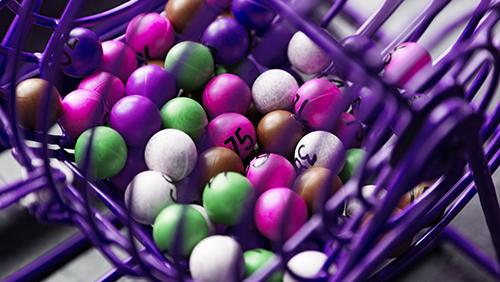 Permainan lotere ungu dalam jarak dekat dengan bola berwarna berbeda dengan angka