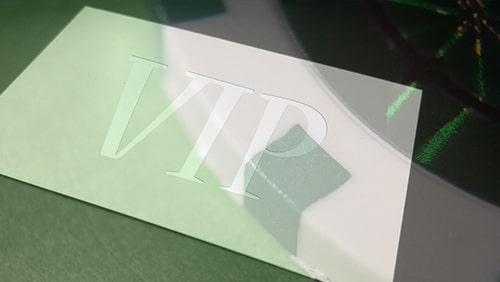 Foto buram kartu VIP dengan latar belakang foto chip Poker yang diperbesar