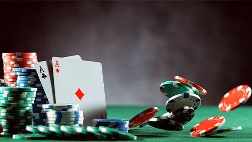 meja poker dengan chip