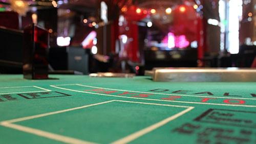 Foto meja kasino yang diperbesar