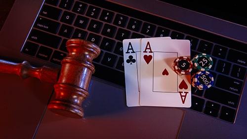 Papan kayu juri dan kartu as pada keyboard laptop