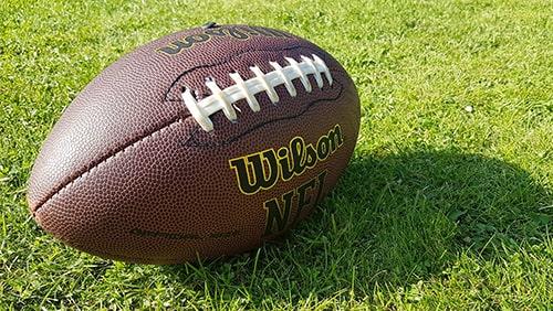 Sepak bola Wilson dengan logo NFL