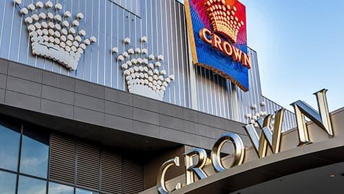 Pemandangan dekat dari pintu masuk modern yang megah ke gedung Crown Melbourne (Hotel, Hiburan, dan Kompleks Kasino)