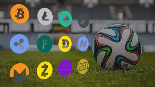 Bola sepak dengan logo cryptocurrency yang berbeda