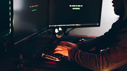 Seorang pria mengakses beberapa jenis situs web ilegal