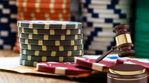 kasino dan palu pengadilan