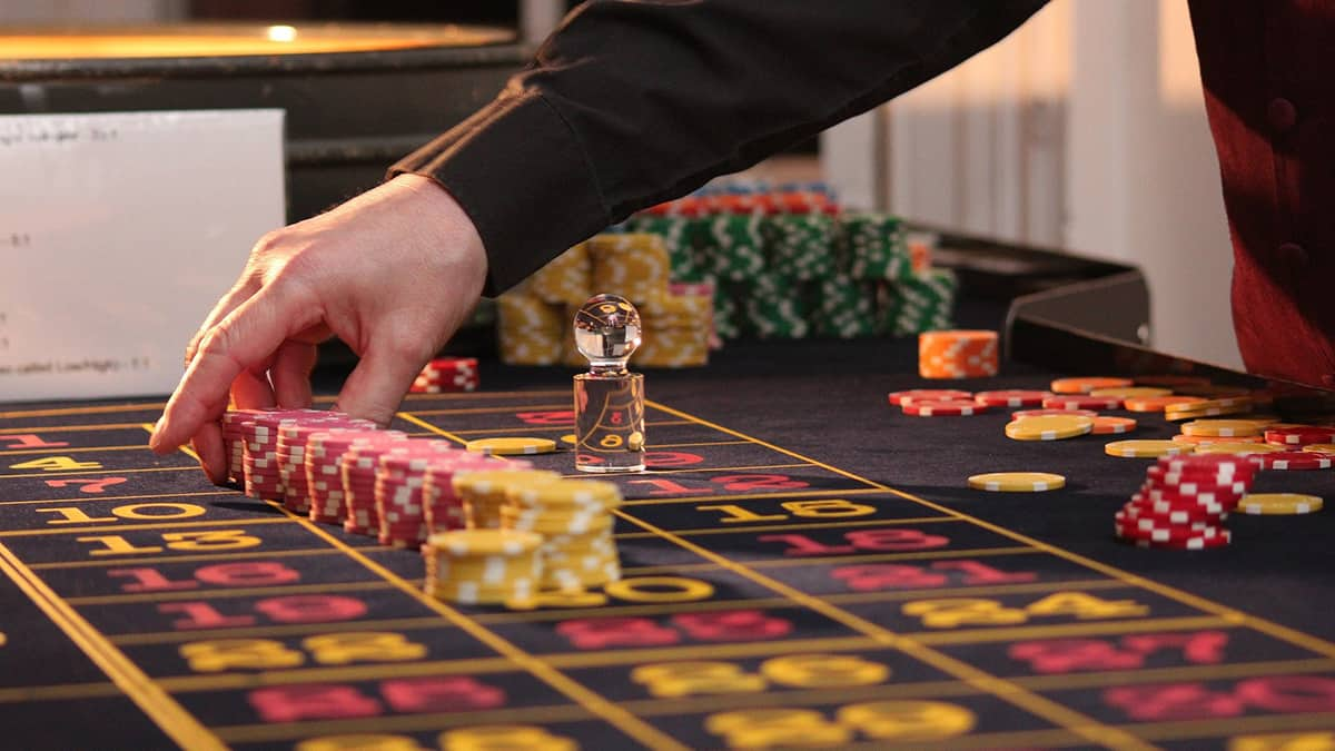 Setting up chips on a casino table